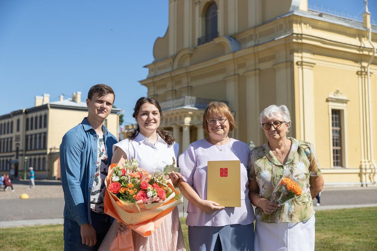 С близкими людьми во время чествования выпускников в Петропавловской крепости