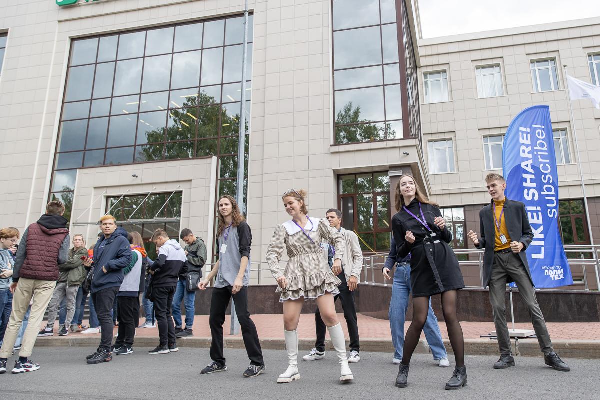 На станции «Like, share, subscribe» студенты учили танец первокурсника