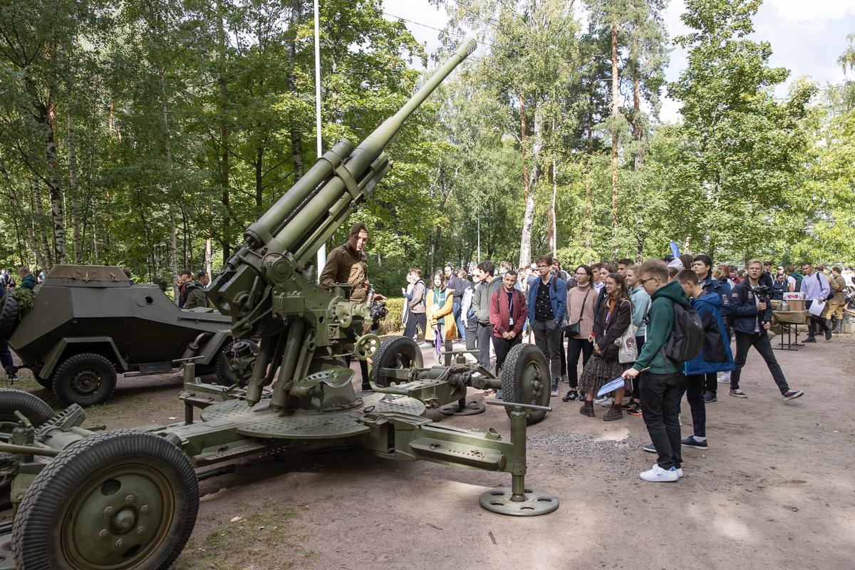 На этой площадке ребята посмотрели военную технику