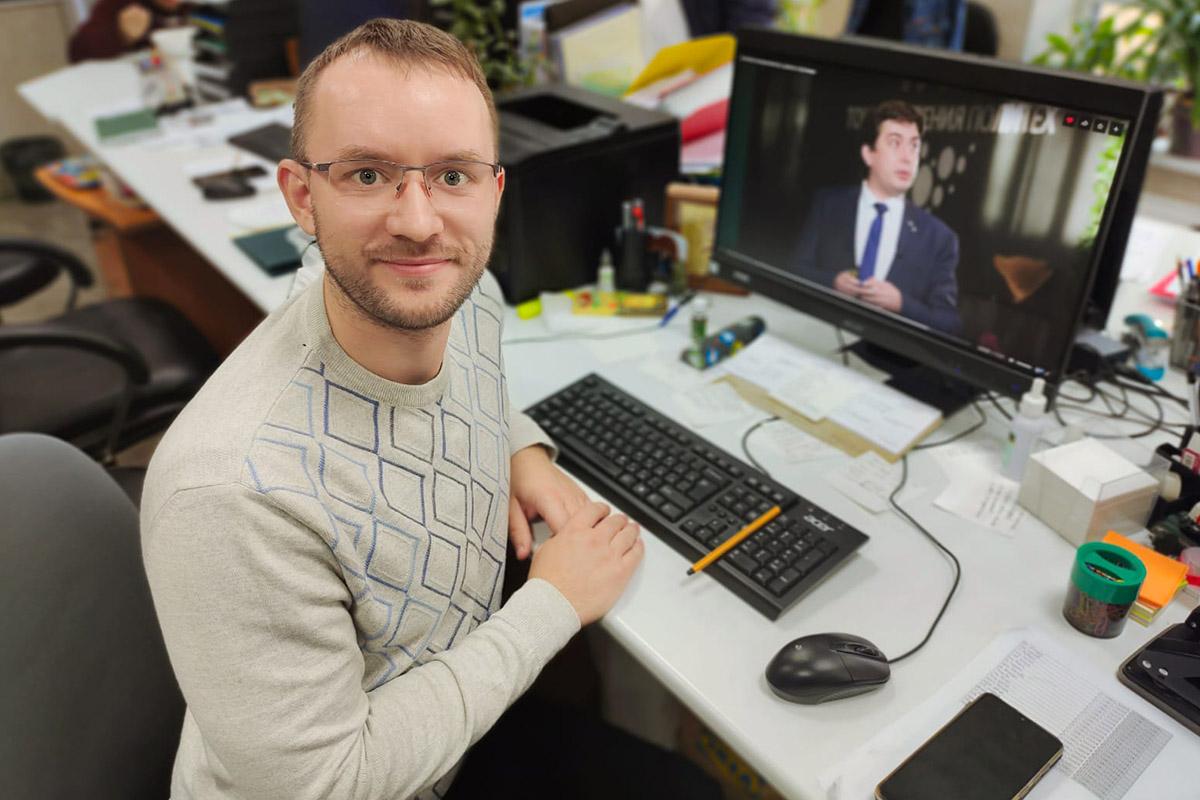 Борис Лямин с большим интересом послушал доклад специалиста онлайн