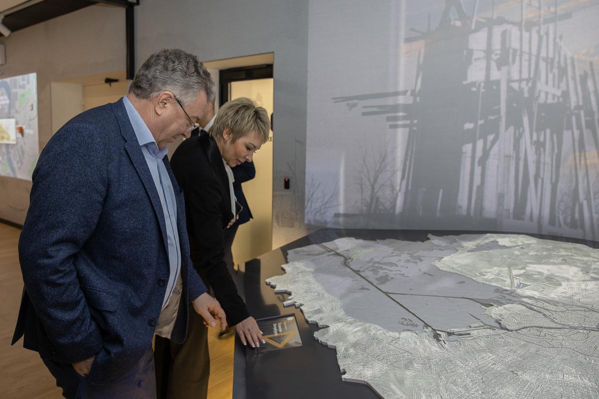 Также делегация СПбПУ побывали на экскурсии по новейшим лабораториям школы и современным учебным аудиториям