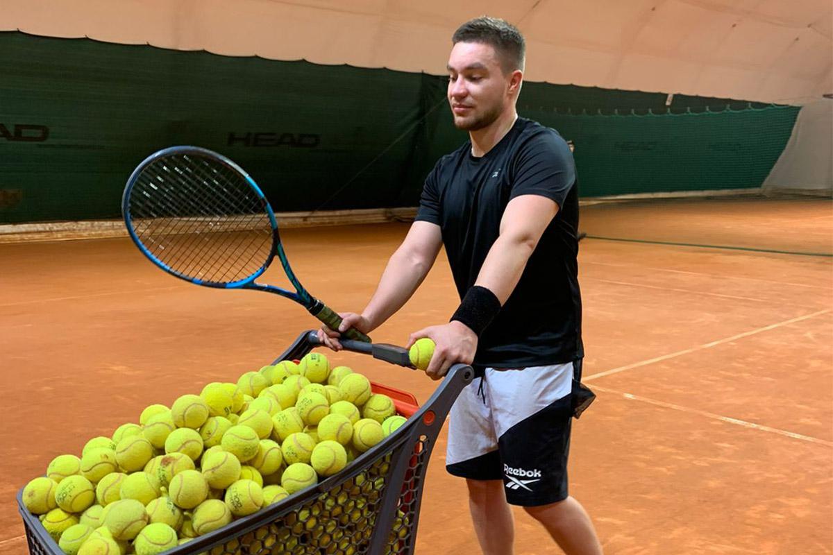 Денис Иванов на тренировке по теннису
