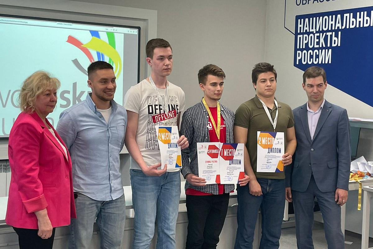 Денис Иванов с проректором СПбПУ Ниной Панковой и студентами на национальном проекте России