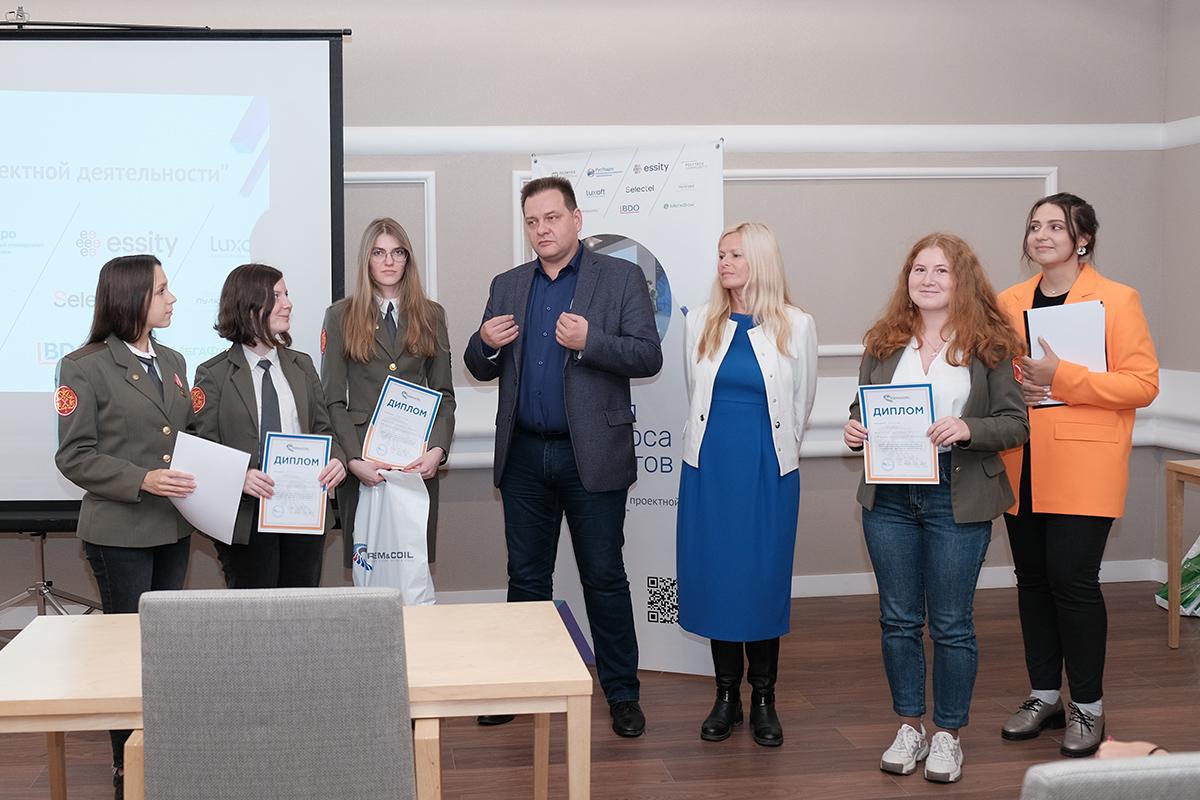 Генеральный директор компании «РЭМ энд Коил» Александр Новиков особо отметил проекты студентов ИСИ и вручил победителям дипломы и призы