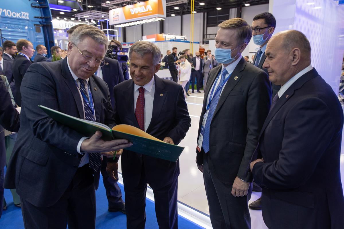 Во время Газового форума президенту Республики Татарстан был передан в дар фотоальбом, в котором запечатлены вехи развития сотрудничества с СПбПУ
