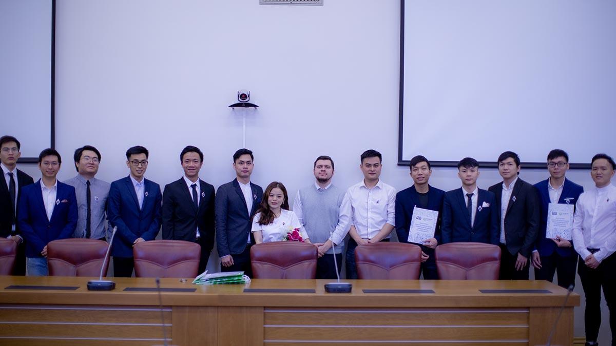 Вручение дипломов. В центре – руководитель группы, старший преподаватель Высшей школы атомной и тепловой энергетики Максим Конюшин