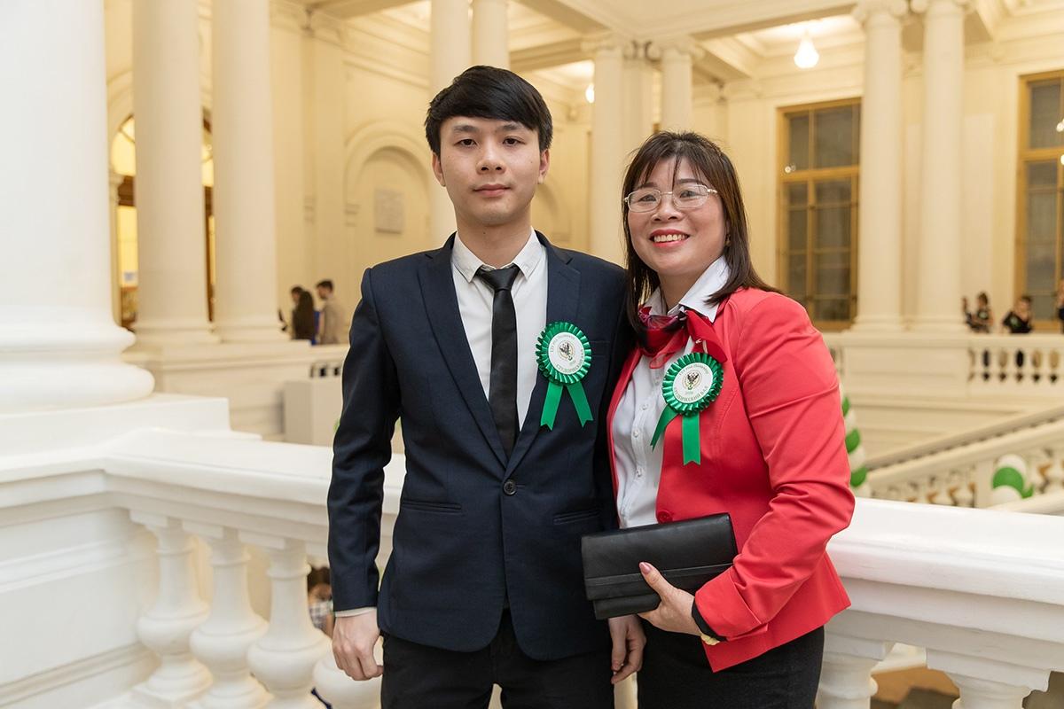 Чан Тхи Хиен впервые полетела за границу, чтобы побывать на вручении диплома сыну