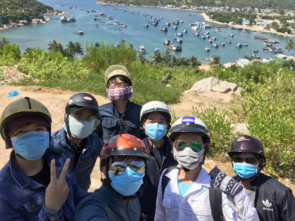 С друзьями на острове в провинции Ниньтхуан во Вьетнаме. Маски защищают не только от вирусов, но и от солнца