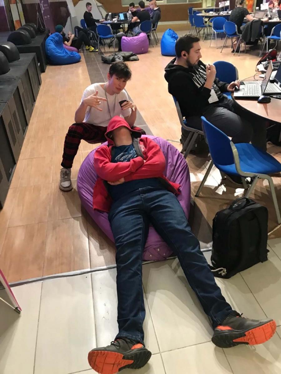 На хакатонах участники спят где и как придется
