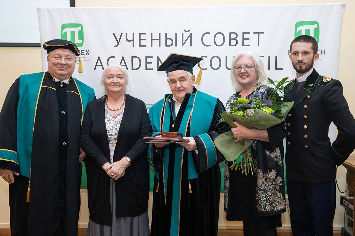 Торжественная церемония вручения Л. А. Вайсбергу мантии Почетного доктора СПбПУ
