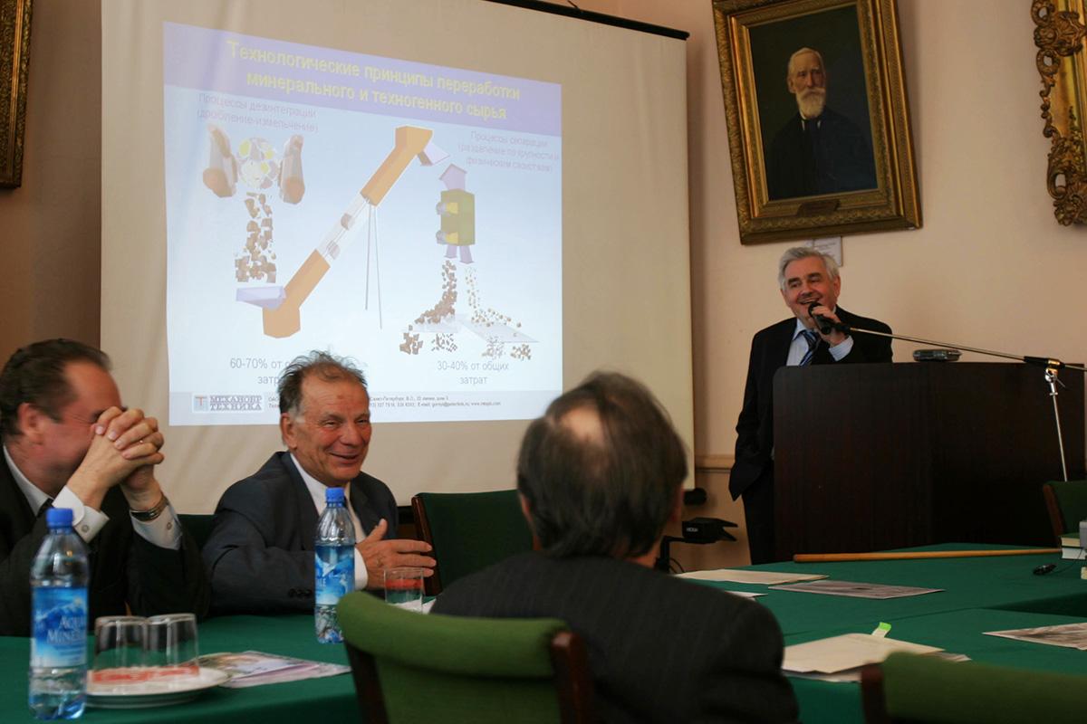 Первым председателем Международного научного совета СПбПУ был Жорес Иванович Алфёров. На фото – сидит за столом, Л. А. Вайсберг – за трибуной