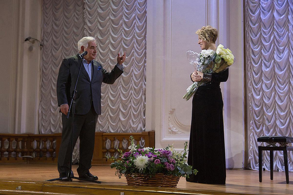 Леонид Вайсберг вручает цветы пианистке Полине Осетинской в Белом зале Политеха
