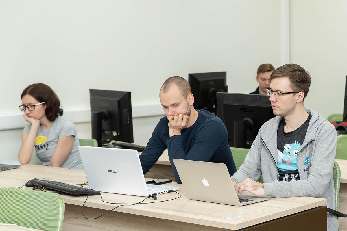 В высшей школе программированием занимаются больше, чем аппаратной частью