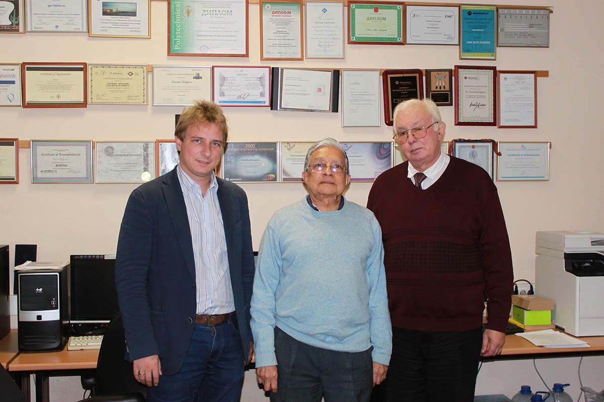 В лаборатории Высшей школы программной инженерии вместе с профессорами Шьямасундр и В.П.Котляровым
